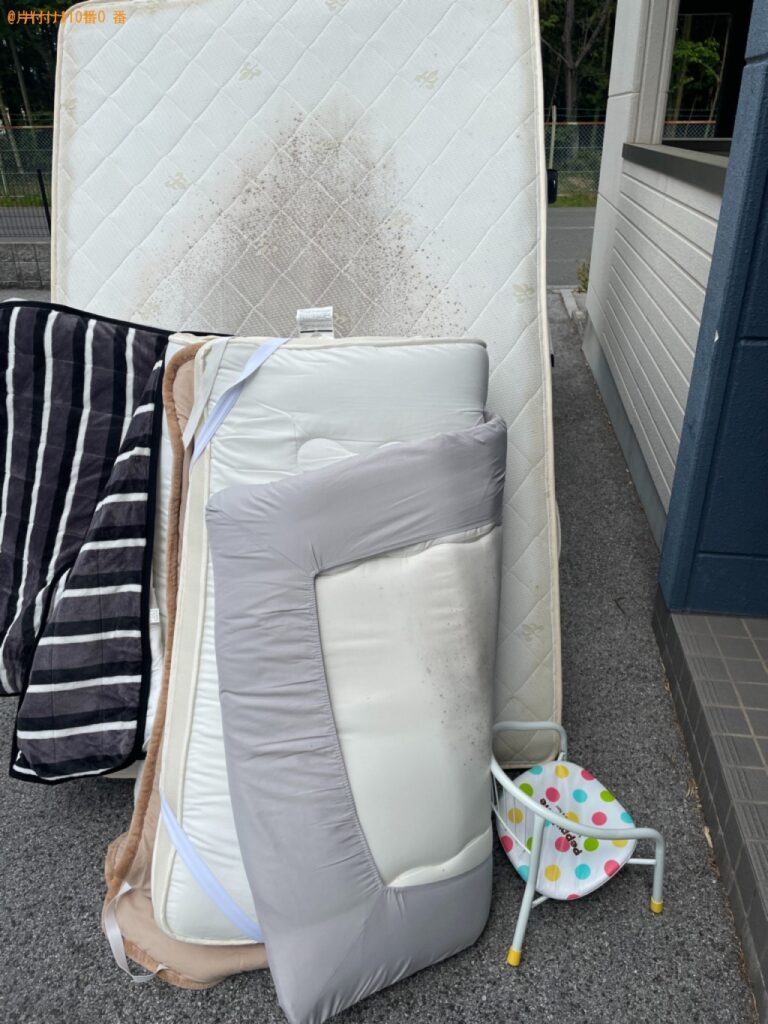 パイプ椅子、セミダブルマットレス、布団の回収・処分